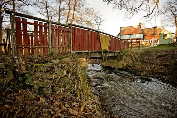Gymnasiesärskola och LSS ungdomsboende som ligger vackert vid Moraån i Järna, söder om Södertälje i Stockholms län.