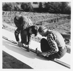Två elever i trädgårdsarbete